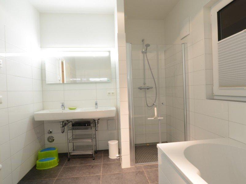 Schöne Dusche mit viel Platz
