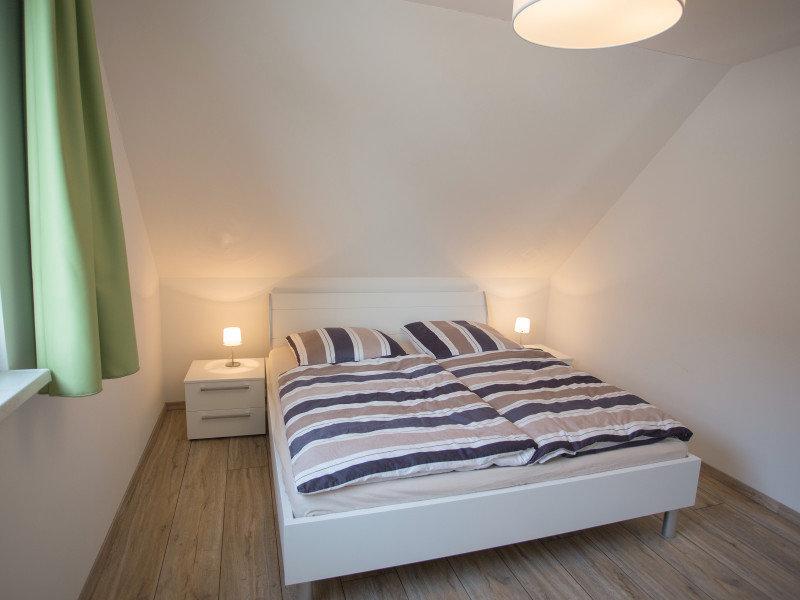Eines von drei Doppelbetten in den Schlafzimmern
