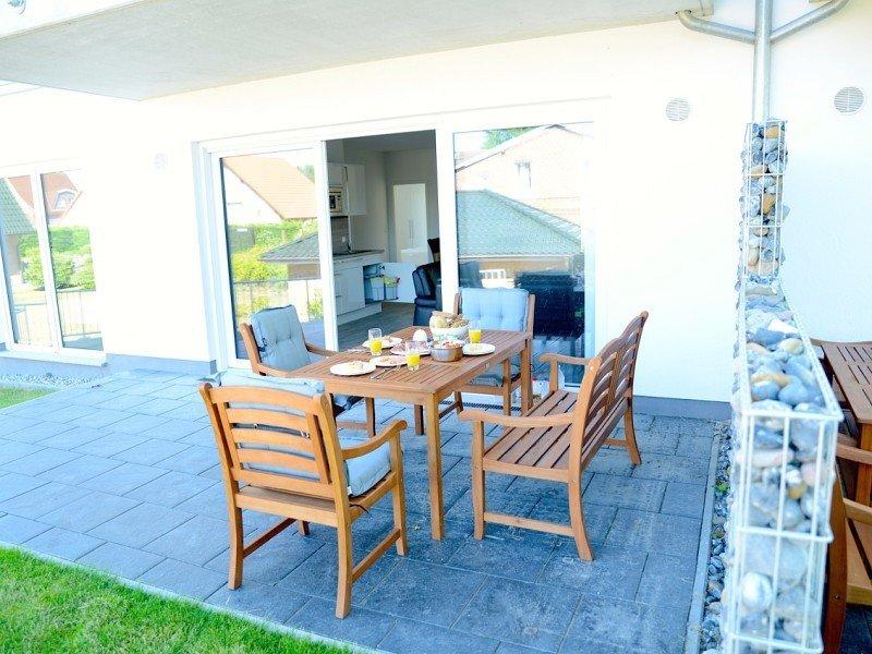 Frühstück auf der Terrasse der Ferienwohnung in Glowe