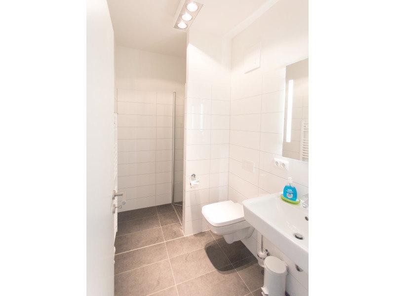 Zweites Badezimmer mit großer Dusche