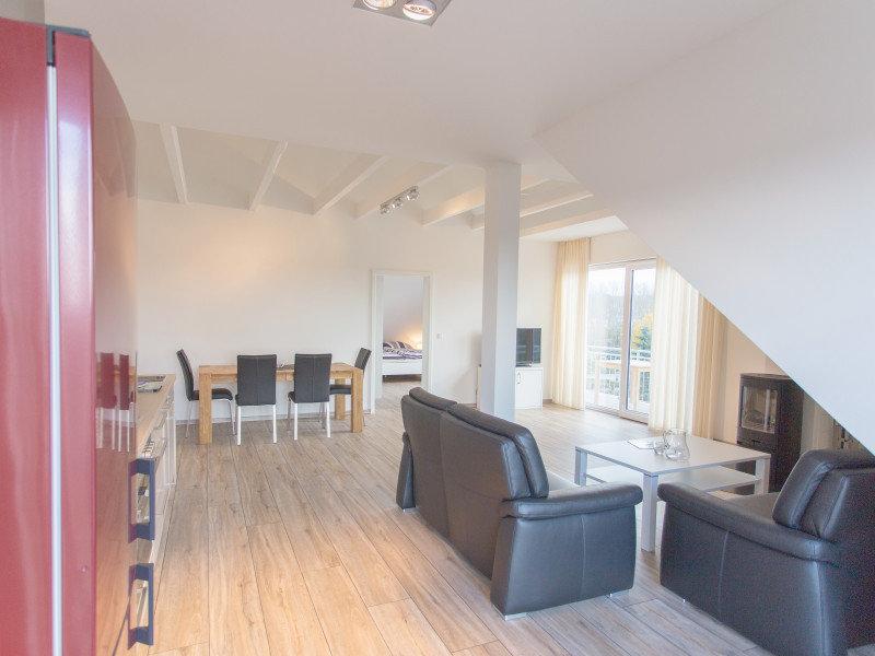 Wohnzimmer mit gemütlicher Couch und Esstisch