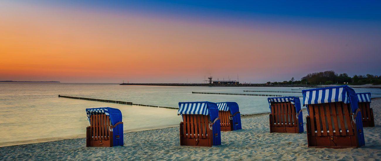 Strandkörbe am Strand von Glowe bei Sonnenuntergang
